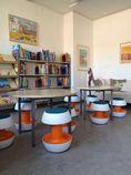 Neue Hocker in der Schulbücherei